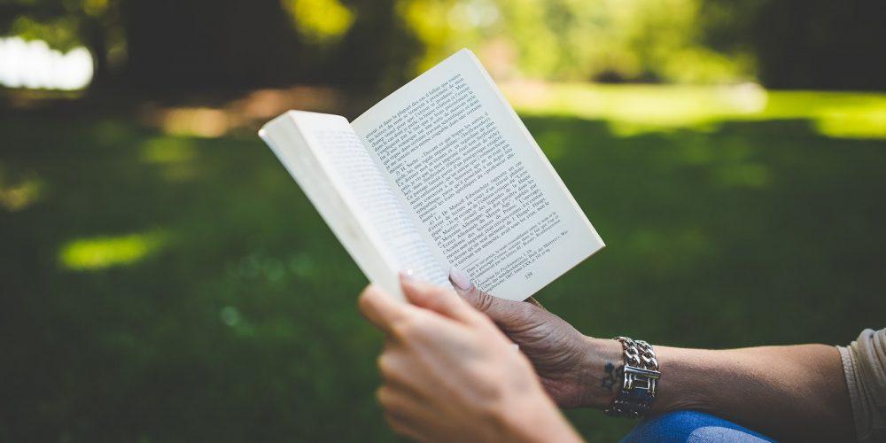 Kniha jako zdroj pohody a informací. Po kterých letos sáhnout?